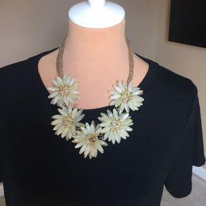 Jewelry - Fashion jumbo daisy statement necklace